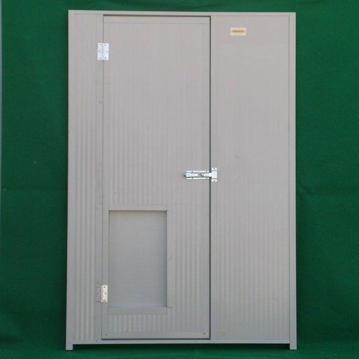 Isolierte Zäune, Türen und Dächer